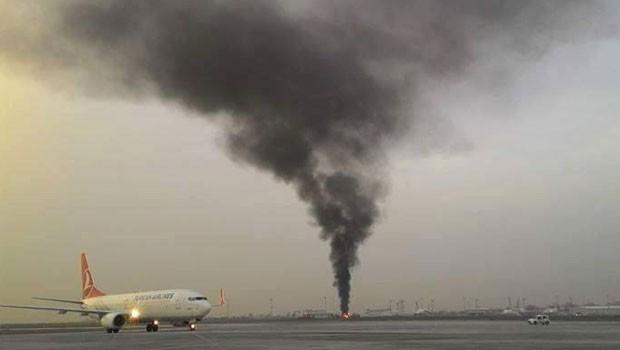 Havalimanında uçuşları tehlikeye atan yangın