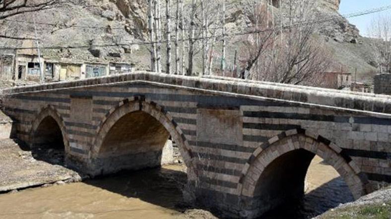 Tarihi köprüde çökme tehlikesi
