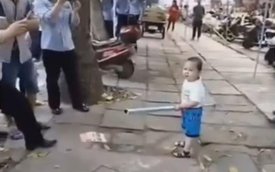 Çinli çocuk polise karşı | VIDEO