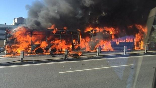 Metrobüs motor arızası nedeniyle yanmış