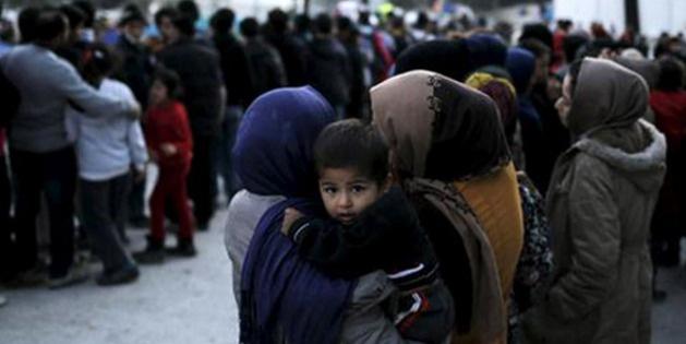 Yunanistan mülteci kamplarını dağıtıyor