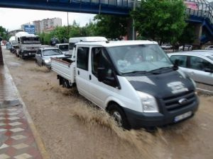 Yozgat'ta şiddetli yağış yolları nehre çevirdi
