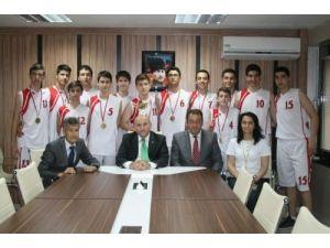 Basketbol Türkiye şampiyonu öğrencileri Bilici'yi ziyaret etti