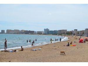 Silifke'de vatandaşlar denizin ve güneşli havanın keyfini çıkartıyor