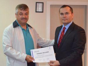 Eğitim seminerinde başarılı olan velilere sertifika