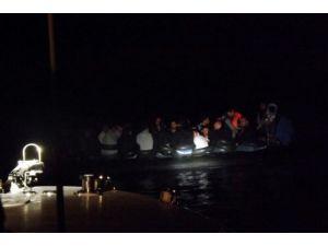Sahil Güvenlik ekipleri lastik bottaki kaçakları kurtardı