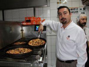 Gazeteciler kendi pizzalarını pişirdi, kendi yedi