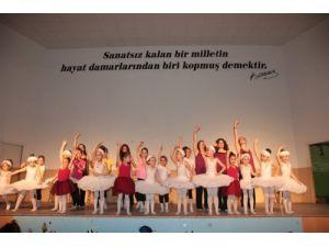 Minik balerinler yıl sonu gösterimi yaptı