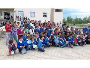 Üniversiteli öğrenciler, köy okulunu kitapla buluşturmak için kenetlendi