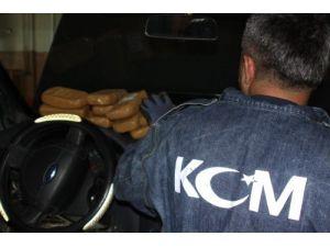 Polis, yardım için gittiği araçta 40 kg eroin ele geçirdi
