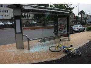 Bisikletli genç durağa daldı: 1 yaralı