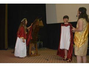 Öğrenciler 'Truva' adlı İngilizce tiyatro sahneledi