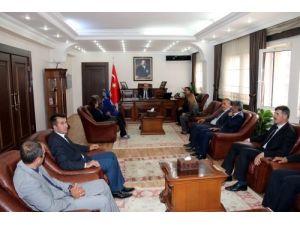 Hakkari İl Genel Meclisi Başkanı ve üyeler Vali Canbolat'ı ziyaret etti