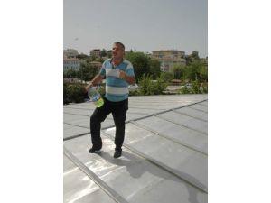 Maaşını alamayan inşaat işçisi derdini çatıda anlattı