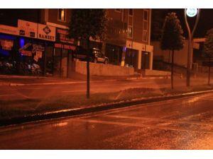 Tasarruf çağrısı yapan belediye, yağmurlu havada park bahçe suluyor