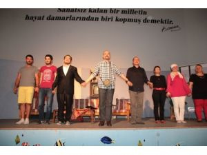 'Gelincik' adlı tiyatro gösterisi ayakta alkışlandı