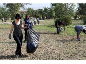 KKTC'de belediyelerin toplamadığı çöpü devlet erkanı topladı