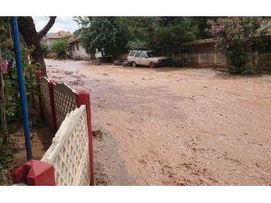 Honaz'da yağmur caddeleri dereye çevirdi
