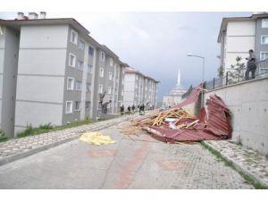 Şiddetli rüzgar sebebiyle çatıdan kopan parçalar otomobilin üzerine düştü