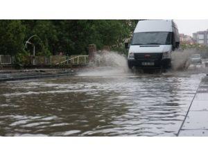 Başkent'te yağmur yolları gölete çevirdi