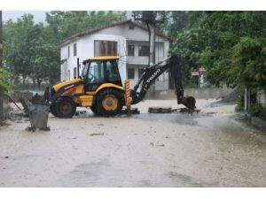 Sapanca'da alt geçitler suyla doldu, caddeler göle döndü