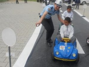 Köy çocuklarına trafik eğitimi
