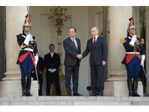 Putin, Elysee Sarayı'nda Hollande ile görüştü
