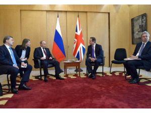 Cameron, Putin'den Ukrayna'nın içişlerine karışmamasını istedi