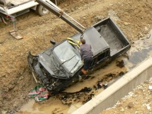 Kamyonet yol için açılan kanala düştü: 1 ölü, 2 yaralı