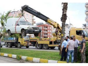 Zabıta ekipleri terkedilmiş 10 hurda aracı çekti
