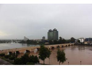 Seyhan Nehri, çamurlu suyla iki ayrı renge büründü