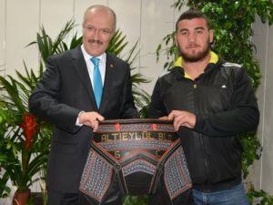 Başkan Kafaoğlu Altıeylül Belediyesporlu güreşçilere kıspet hediye etti