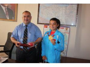 Dünya şampiyonu Nazlı Çelik altınla ödüllendirildi