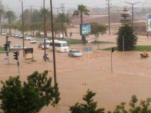 Adana'da yağmur nedeniyle trafik altüst oldu