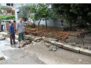 Evleri su bastı, araçlar sürüklendi