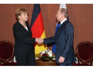Putin, Merkel ve Poroşenko ile gayri resmi olarak görüştü