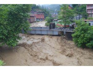 Demir yaya köprüsü tıkanınca sel suları araçların tavanına kadar yükseldi