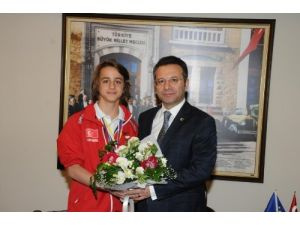Vali Aksoy'dan başarılı sporcuya Cumhuriyet altını