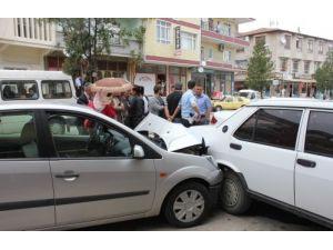 Fren yerine gaza basan sürücü, 3 otomobile çarptı
