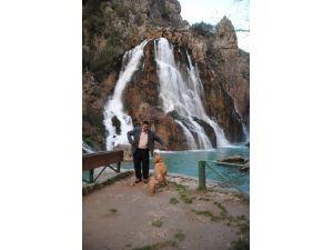 Yerli ve yabancı turistler Uçansu Şelalesi'nde dinleniyor
