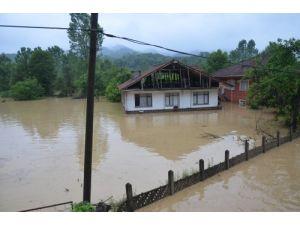 Ambulans ve cenaze nakil aracı sular altında kaldı (2)