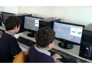 İstikbal Koleji öğrencileri kendi oyunlarını yapıyor