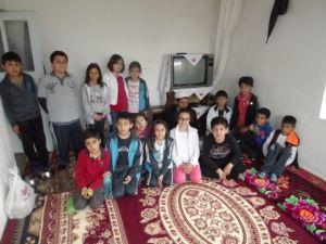 Öğrenciler ihtiyaç sahibi mülteci aileye bir aylık gıda yardımında bulundu