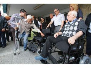Hayırsever çiftin akülü sandalye bağışı yüzleri gördürdü