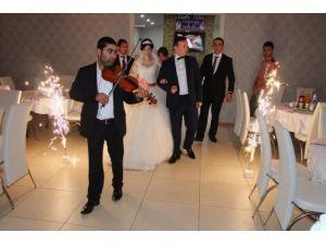 Genç bankacılar düğünlerinde keman eşliğinde nostalji parçalarla dans etti