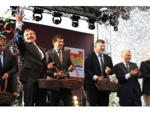 Bakan Zeybekçi, tıp festivalinde vatandaşlara mesir macunu dağıttı