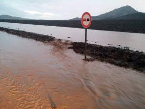 Yağmur sonrası sel sürücülere zor anlar yaşatıyor