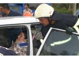 Kazada araç içinde sıkışan annelerini gözyaşları içinde izlediler