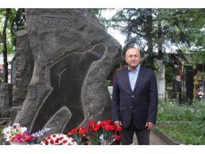 Çavuşoğlu, Nazım Hikmet'in mezarına karanfil bıraktı