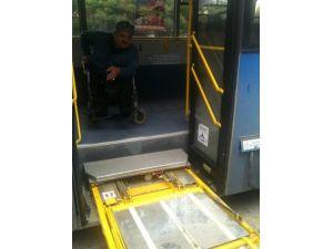 Otobüsün bozulan engelli asansörünü yolcular tamir etmeye çalıştı